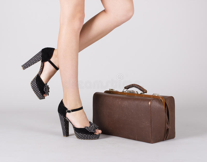 Pies de muchacha con una maleta. foto de archivo libre de regalías