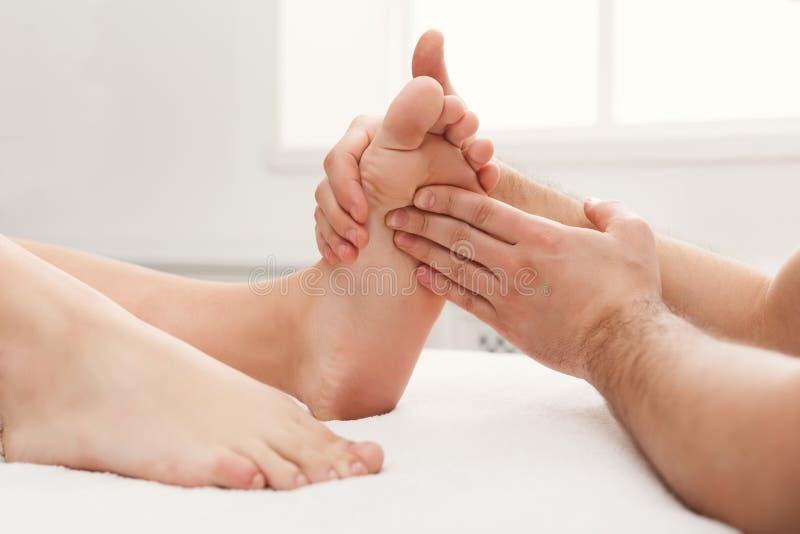 Pies de primer del masaje, acupressure fotos de archivo