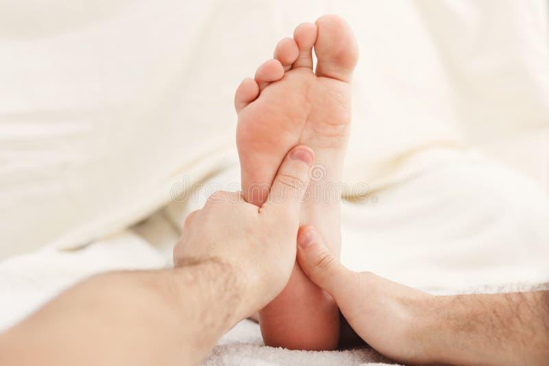 Pies de primer del masaje, acupressure fotografía de archivo libre de regalías