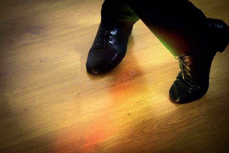 Pies de salsa de baile del bailarín fotos de archivo libres de regalías