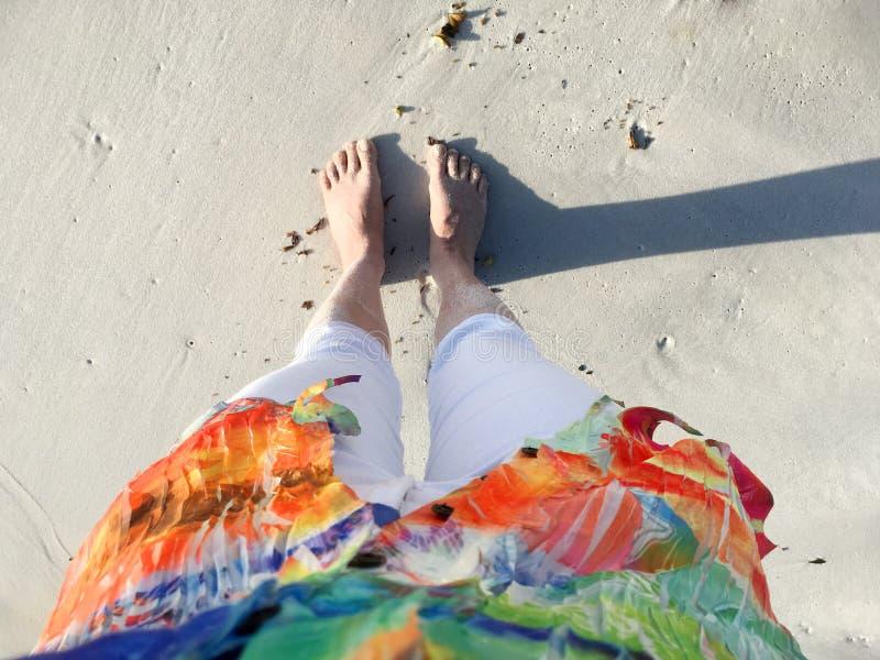 Pies de Sandy en la playa fotografía de archivo