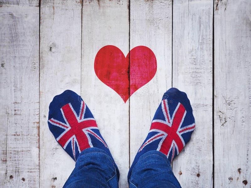 Pies de Selfie que llevan calcetines con el modelo británico de la bandera fotos de archivo libres de regalías