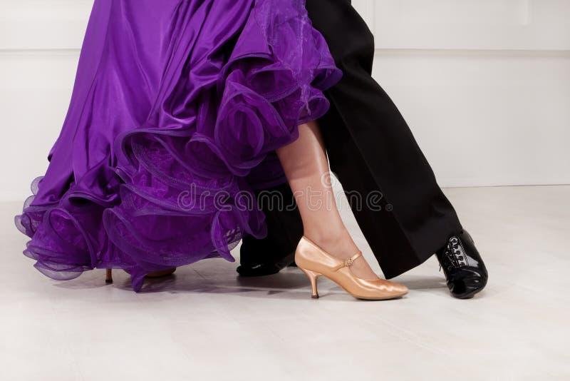 Pies de socios en la sala de baile foto de archivo