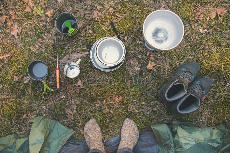 pies del equipo de acampada y del viajero por la tienda imágenes de archivo libres de regalías