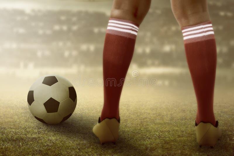 Pies del futbolista con la bola imagen de archivo