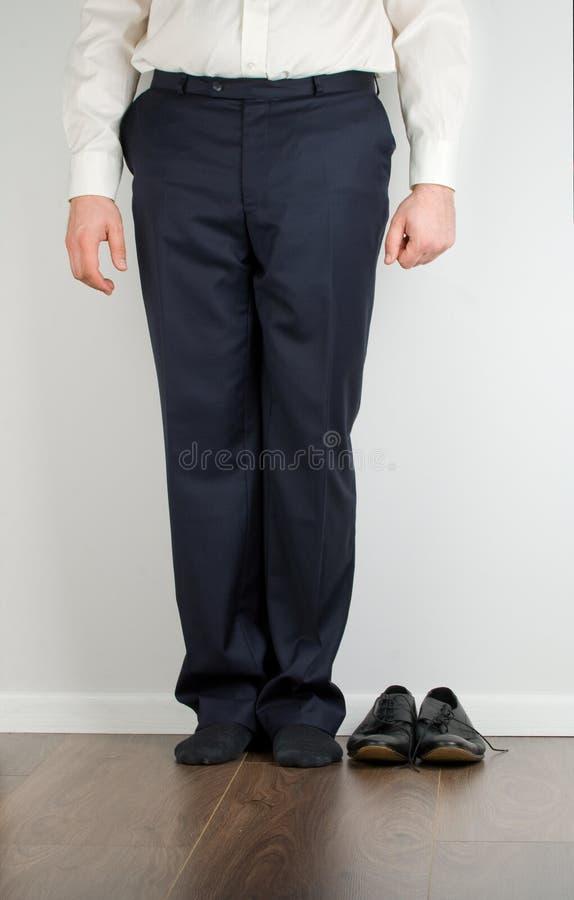 Pies del hombre de negocios y botas negras fotos de archivo