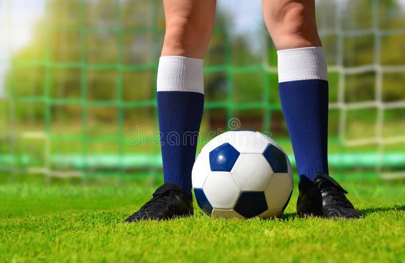 Pies del jugador de fútbol con la bola imágenes de archivo libres de regalías