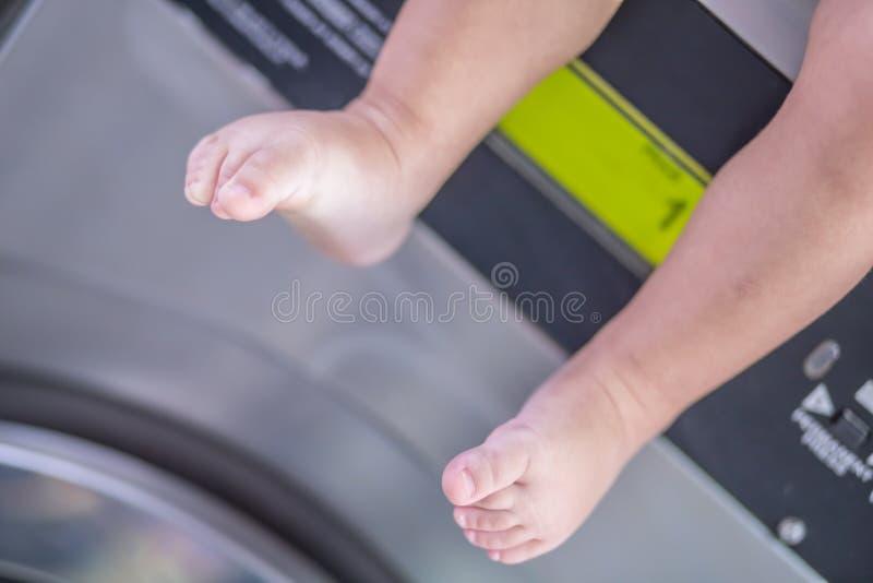 Pies del lavadero del bebé imagen de archivo