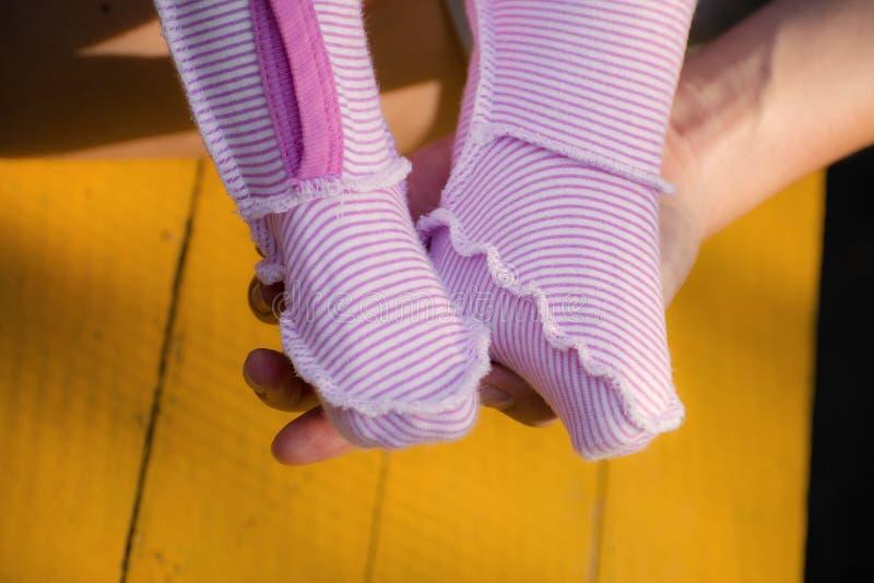 Pies del ` s del bebé expuestos Bebé precioso, pequeños pies Opinión del primer de los pies recién nacidos del bebé imagenes de archivo
