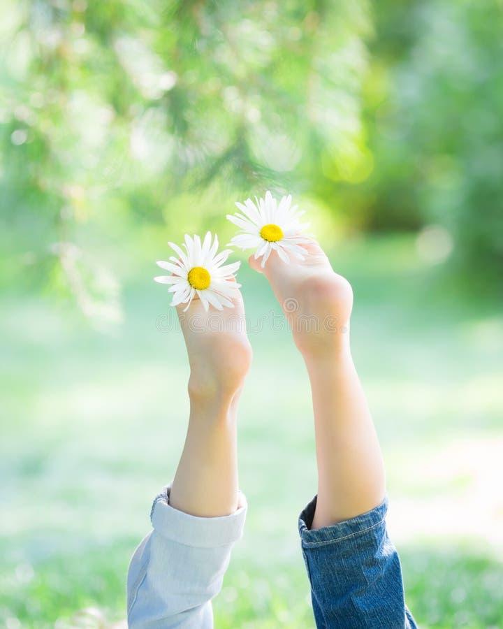 Pies del ` s de los niños con las flores imagenes de archivo