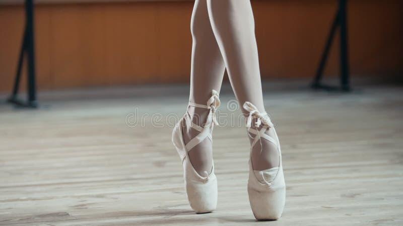 Pies del ` s del bailarín de ballet, cierre para arriba imágenes de archivo libres de regalías