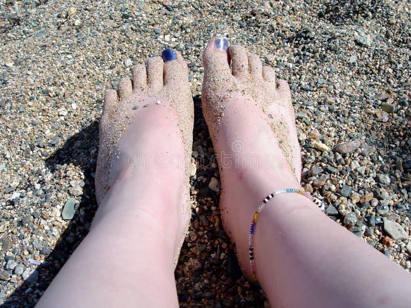 Pies descubiertos en la playa