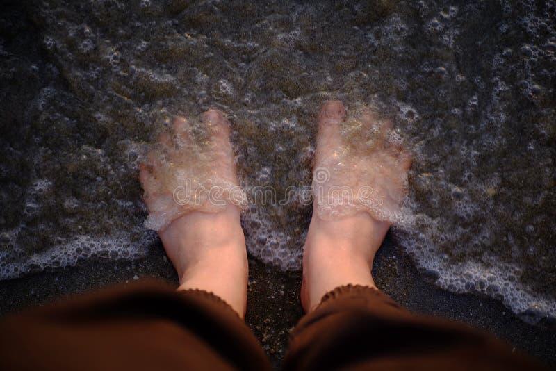 Pies en el arena de mar fotos de archivo libres de regalías
