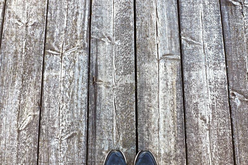 Pies en el suelo de tableros foto de archivo