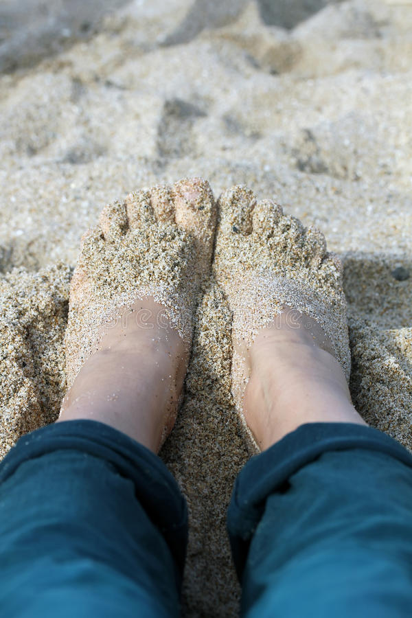 Pies en la arena imagenes de archivo
