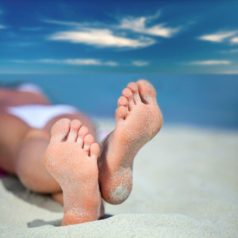 Pies en la playa fotografía de archivo libre de regalías