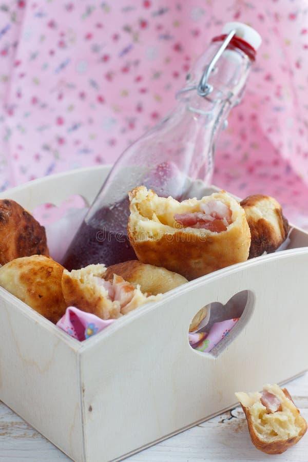 pies för ostskinkahand royaltyfri bild