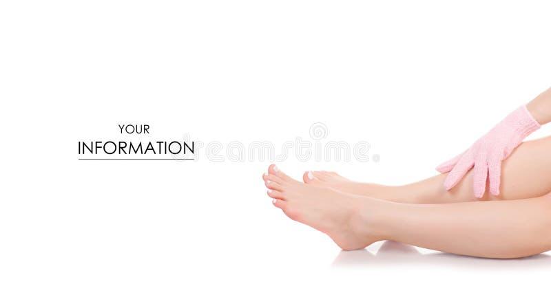 Pies femeninos de las piernas del baño de la esponja del guante del masaje de modelo de la belleza foto de archivo