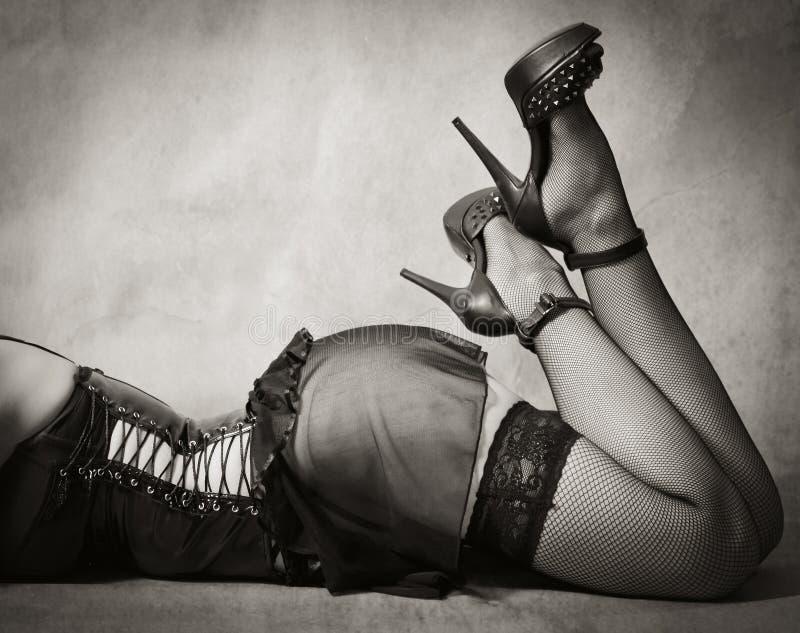 Pies femeninos en medias y zapatos foto de archivo libre de regalías