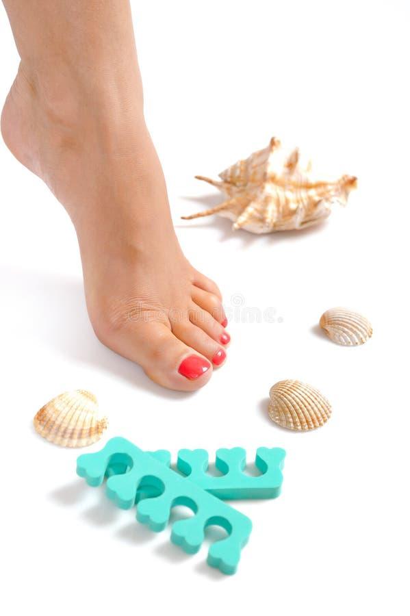Pies hermosos de pierna con pedicure perfecto del balneario imagen de archivo