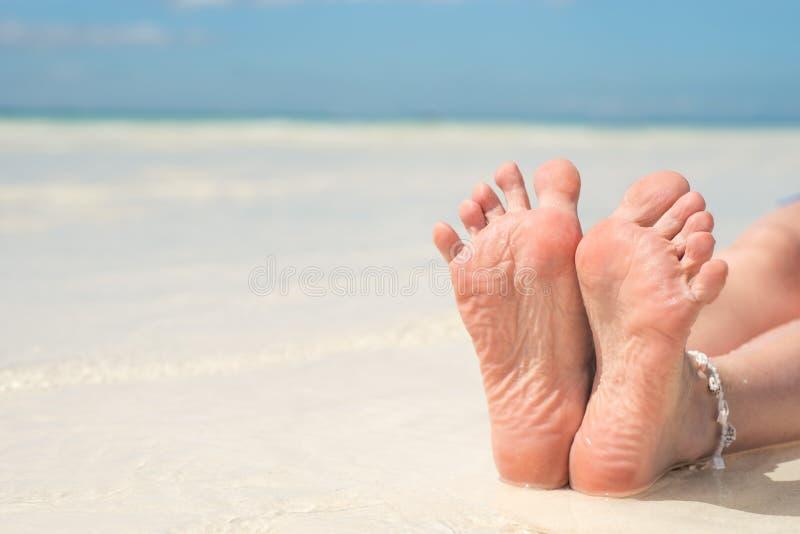 pies, lenguado de pies contra la pedicura del mar y balneario del pie Cuide para los talones y los lenguados de los pies Masaje d foto de archivo libre de regalías