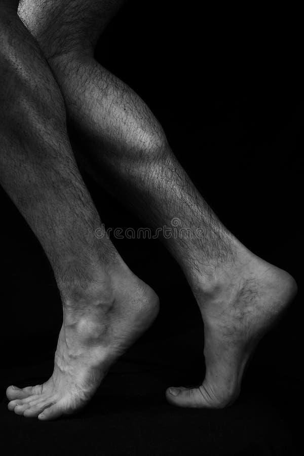 Pies Masculinos Hermosos, Musculares, Desnudos Imagen de archivo ...