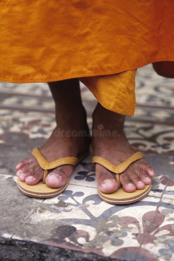 Pies Phnom Penh, Camboya del monje fotos de archivo