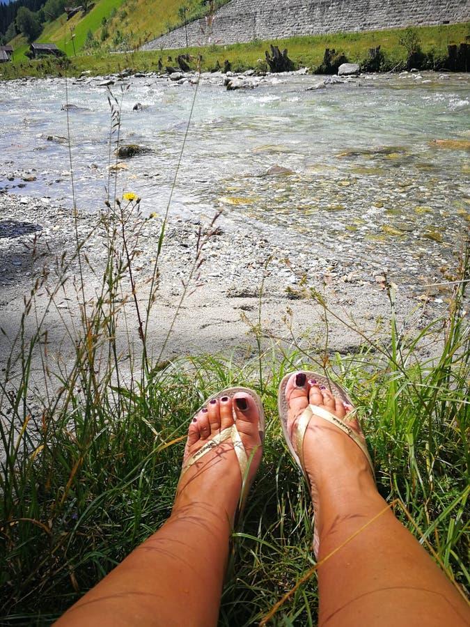 Pies por el río imagen de archivo