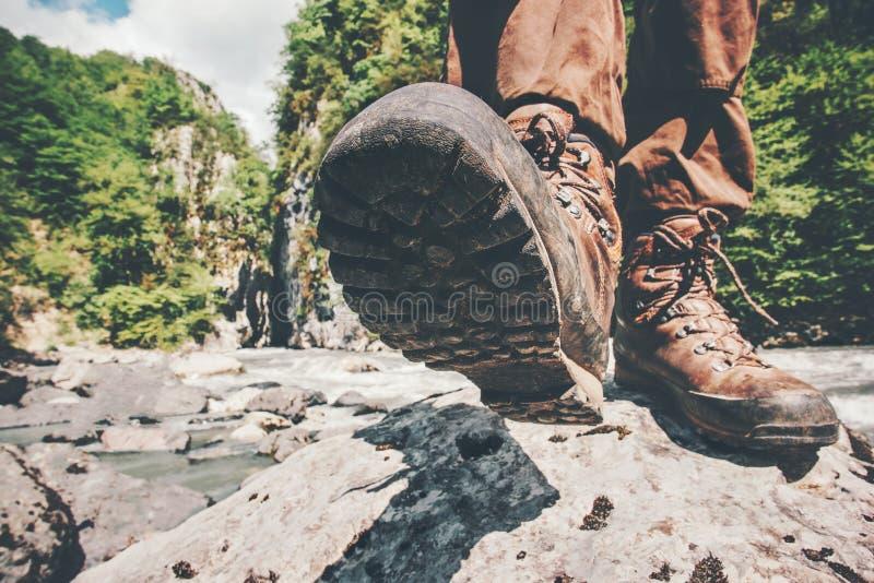 Pies que emigran las botas que caminan al viajero solamente imagen de archivo libre de regalías