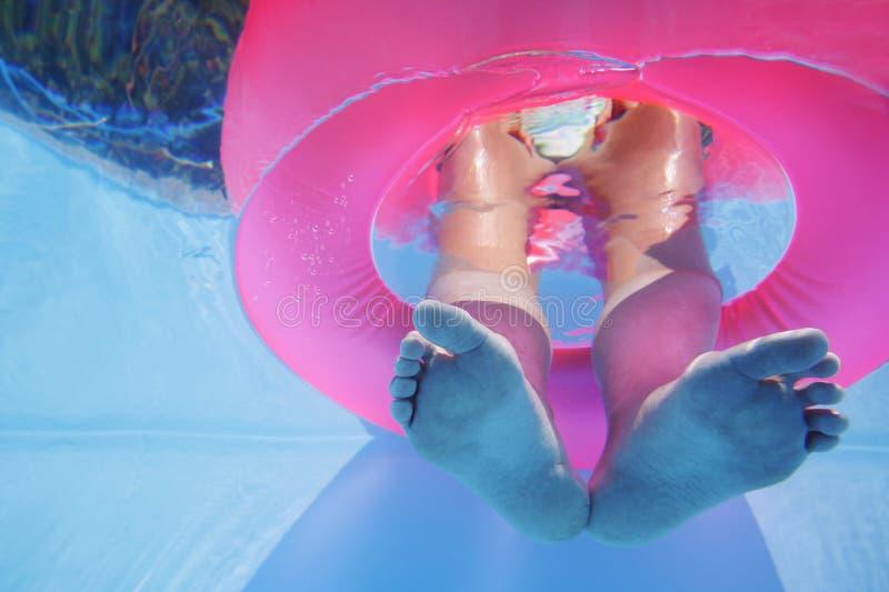 Pies subacuáticos fotos de archivo