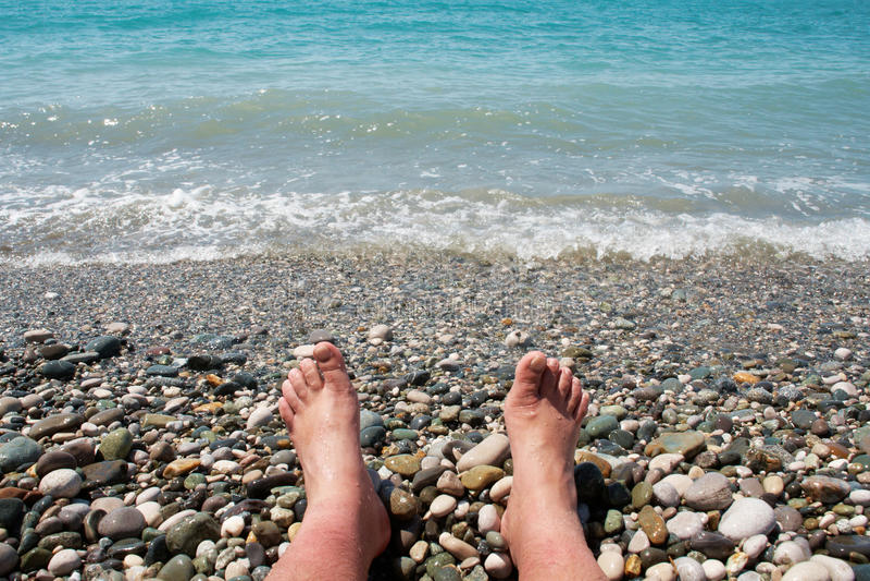 Pies y el mar imagen de archivo