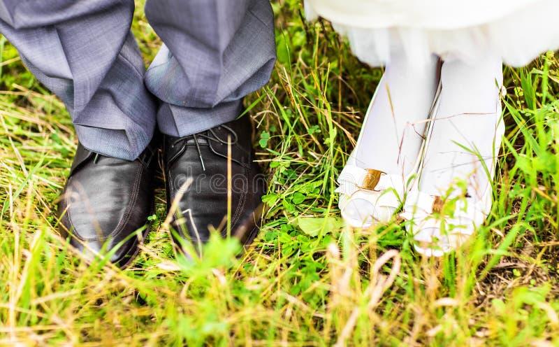 Pies y zapatos de recienes casados fotografía de archivo
