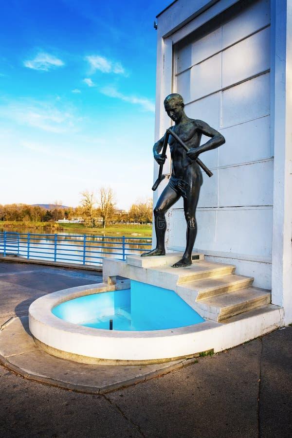 """PIESTANY SLOVAKIEN †""""NOVEMBER 7 2017: Springbrunn med statyn av royaltyfri fotografi"""