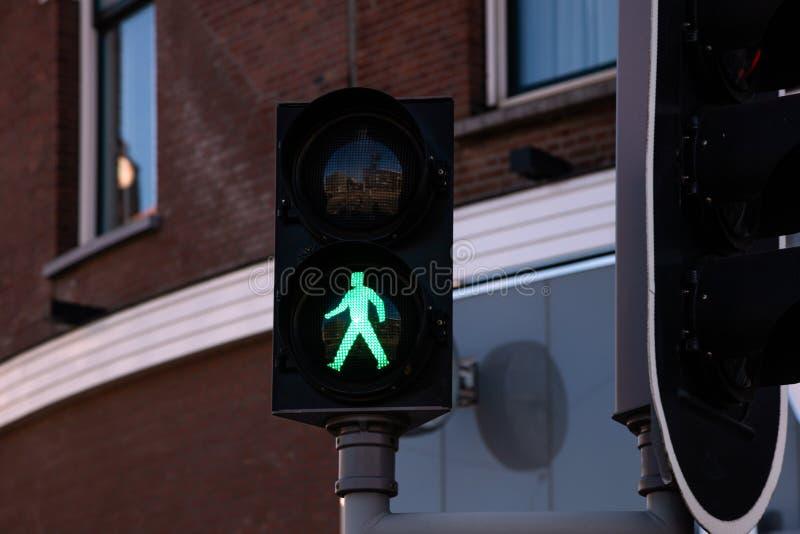 Pieszy zielenieje światła ruchu na budynek fasady tle obraz royalty free