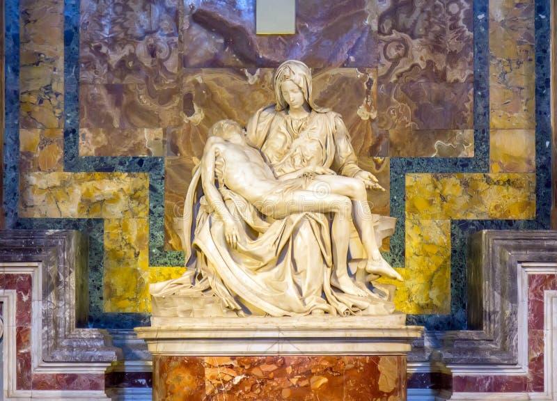 Pieta de la escultura de Miguel Ángel dentro de St Peter Church en la Ciudad del Vaticano imagen de archivo libre de regalías