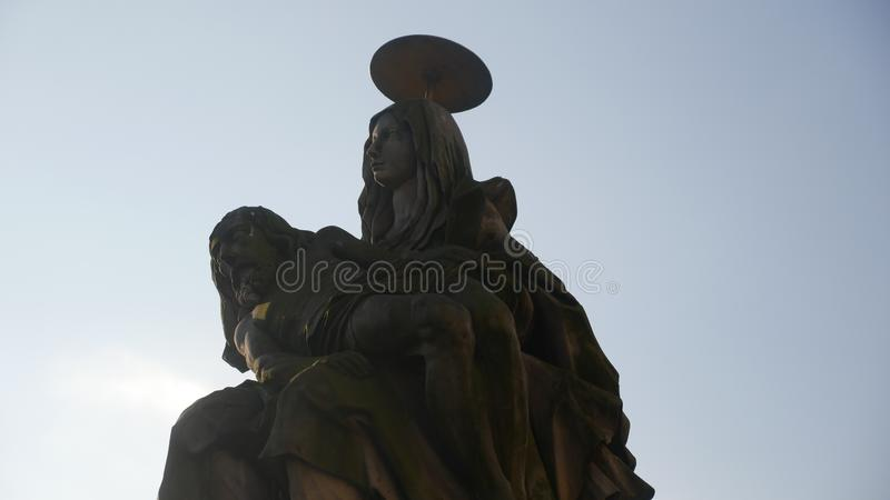 Pieta - een beeldhouwwerk van Mary met het lichaam van Jesus Het symboliseert stock foto