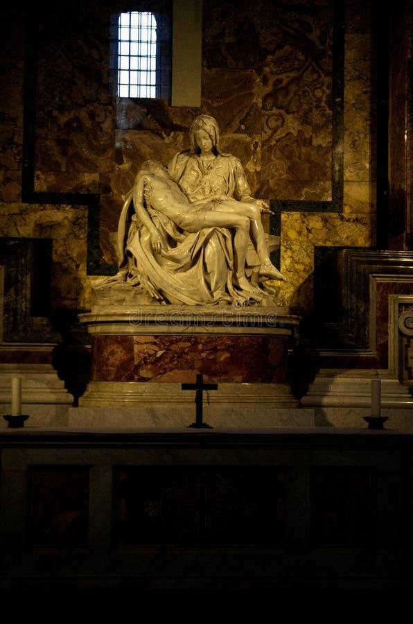 Pieta van Michelangelo in St Peter Basiliek in Vatikaan stock fotografie