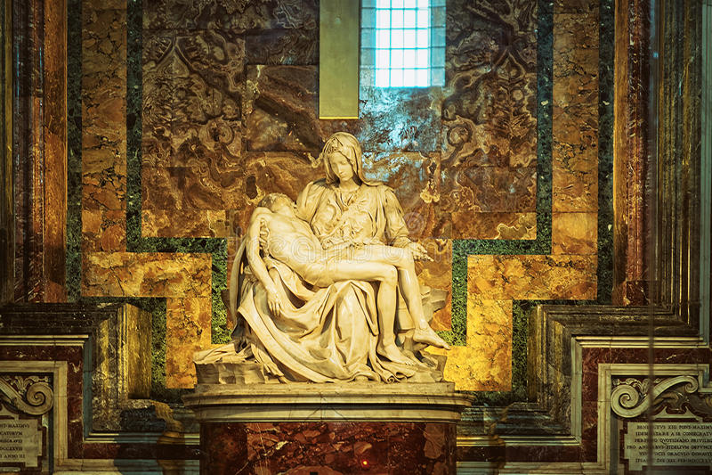 Pietaskulptur av Michelangelo i helgonet Peter Basilica i Vatic royaltyfri bild