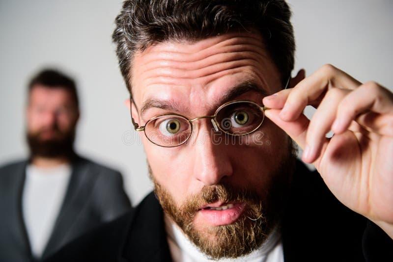 Pietluttige slimme inspecteur De slijtageoogglazen van de mensen knappe gebaarde kerel Ooggezondheid en gezicht Optica en visieco royalty-vrije stock afbeelding