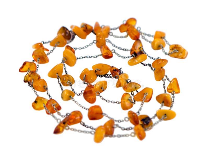 Pietra ambrata dell'oro baltico del collare della collana su bianco immagine stock