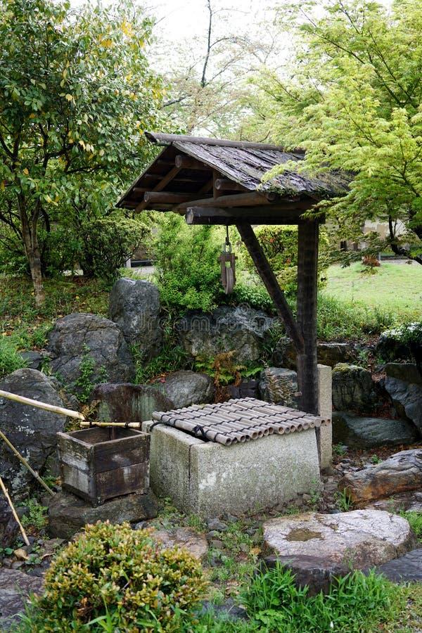 pietra antica bene in giardino giapponese fotografia stock