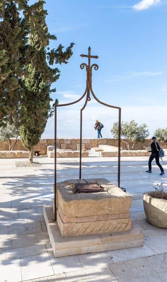 Pietra bene nell'iarda della chiesa commemorativa di Mosè sul supporto Nebo vicino alla città di Madaba in Giordania immagine stock