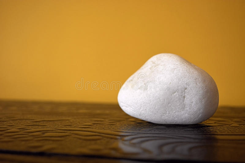 Pietra bianca sulla tavola fotografia stock