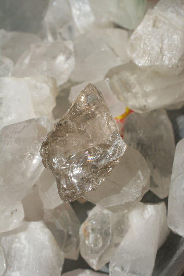 pietra citrina del semigem come cristalli minerali di geode della roccia immagine stock libera da diritti