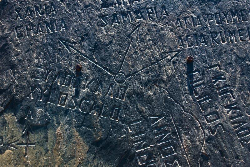 Pietra con la mappa incisa all'entrata alla gola di Samaria, parte ad ovest del sud dell'isola di Creta immagine stock libera da diritti