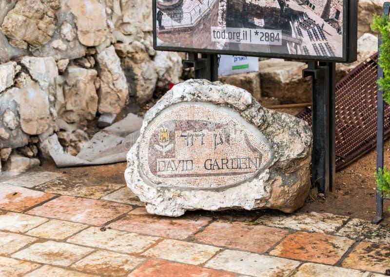 Pietra decorata con i mosaici e l'iscrizione - David Garden, vicino al portone di Giaffa in vecchia città di Gerusalemme, Israele immagine stock libera da diritti
