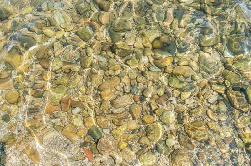 Pietra del ciottolo del mare nel fondo dell'acqua immagini stock