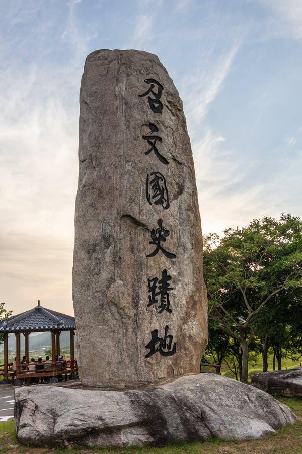 Pietra del segno vicino alla tomba reale di re Gyeongdeok Geumseong-myeon, contea di Uiseong, Corea del Sud, Asia fotografia stock