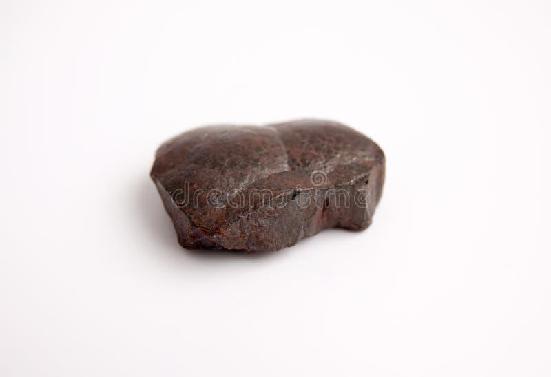 Pietra dell'ematite, superficie di pietra con gli strati di ematite e gli strati di quarzo Minerale di ferro isolato su fondo bia fotografia stock libera da diritti