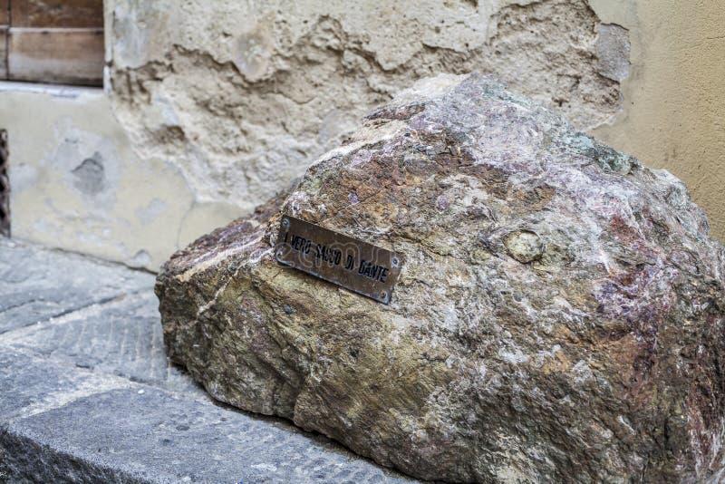 Pietra di Dante Alighieri a Firenze vicino al duomo immagine stock